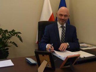 Minister klimatu Michał Kurtyka w trakcie podpisywania umowy