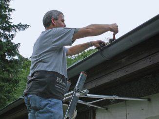 Montaż paneli fotowoltaicznych na dachu domu. Instalatorzy-zadbajcie o swoje bezpieczeństwo.