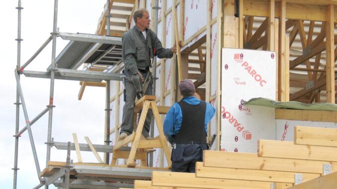 Drewniany dom szkieletowy - prace izolacyjne