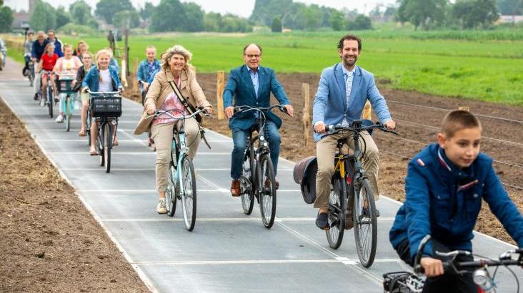 Droga rowerowa wyłożona panelami fotowoltaicznymi